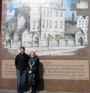 Mural of Moira house with artist and Lord Mayor